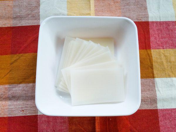 切り餅は薄くスライスする。(しゃぶしゃぶ用の薄いお餅を使っても◎)