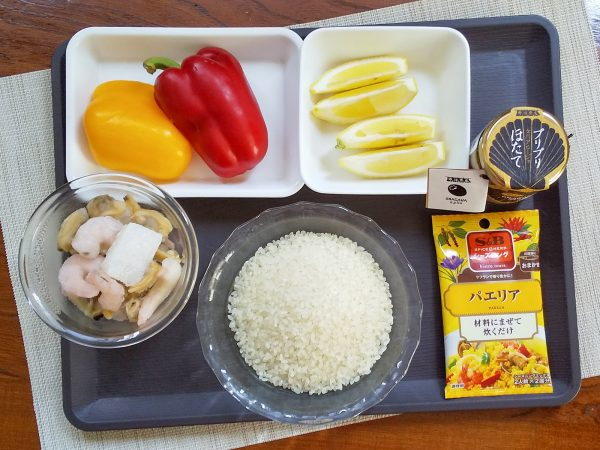 米に水160mlと「S&Bのシーズニング パエリア」を加え混ぜ合わせ炊飯器に入れる。
