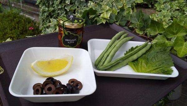 黒オリーブは3~4当分にカットする。大葉は千切りにする。 ぷりぷりの食感をいかすために、たこはあえてカットしない。