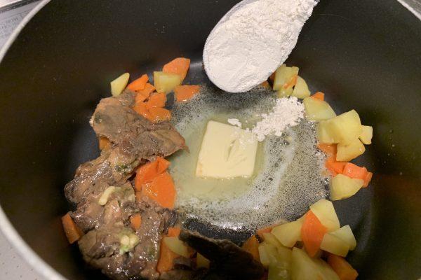 バターが溶けてきたら、小麦粉を加えます。