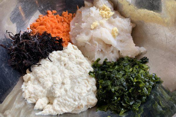 豆腐とはんぺんと魚のすり身をフードプロセッサーにかけ、人参はみじん切りにし、全ての食材と調味料を全てボールにいれて…