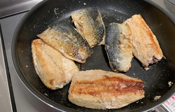 鯖を皮の方から焼き、火が通ったら身を焼き、全体に火を通します。