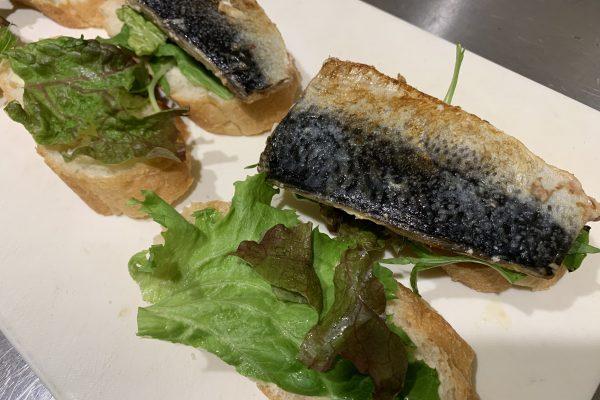 先ほどのフランスパンに鯖を載せて