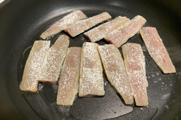 油をひいたフライパンに火を通し、皮の方から焼いていきます(皮の方から焼くとパリッときれいな焼き目がつきます)