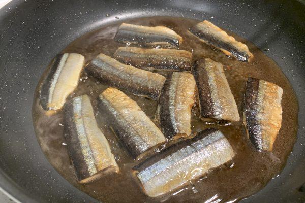 グツグツと火がとおるまで、煮詰めます。