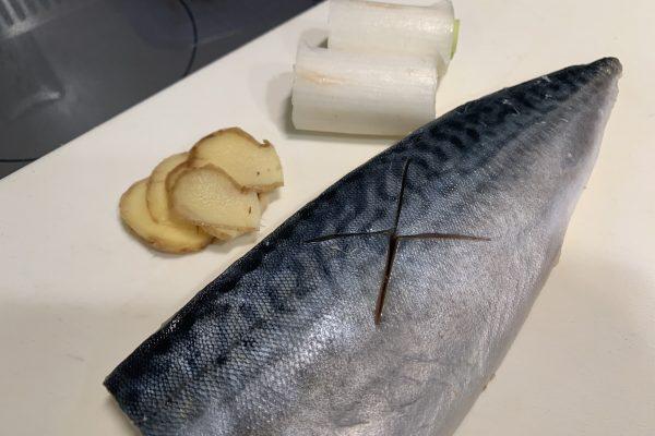 解凍した鯖のフィレに味が染み込みやすくなるよう、切れ目を入れ、生姜、ネギを写真の量くらい用意しておきます。