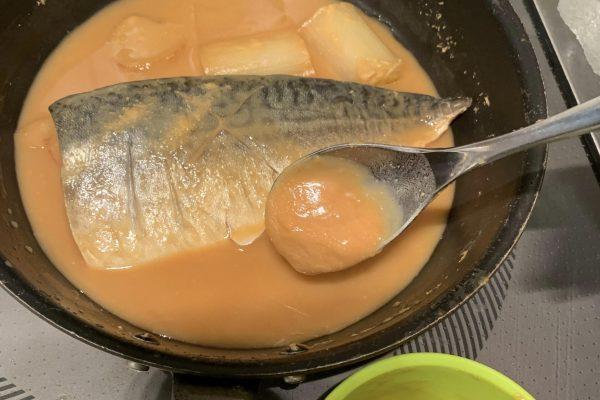 中火で煮て、とろみが出てきたら周りの味噌を回しかけます。