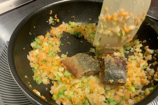 さばの煮付を入れてほぐしながらさらに炒めます。