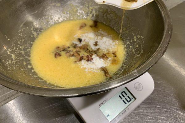 食べやすく切った方のさんまの煮付半分と煮汁は全部、入れます。