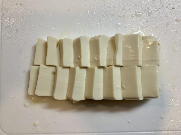 最後にお豆腐を一口にサイズに切り、鍋へ入れます。