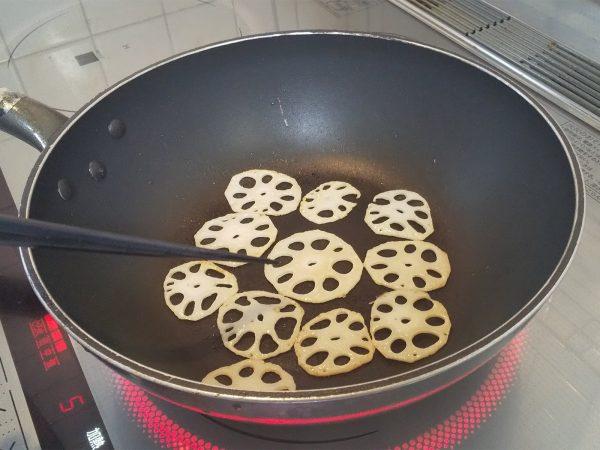 水煮れんこん(薄切り)の水気を切り、ごま油を熱したフライパンでうっすら焦げ目がつくまで炒める。